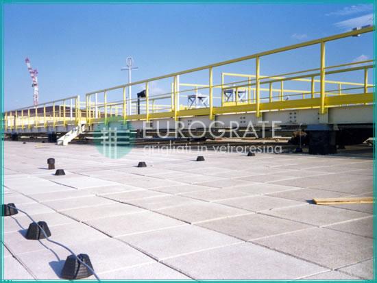 barandillas de seguridad instaladas sobre el techo de un aeropuerto