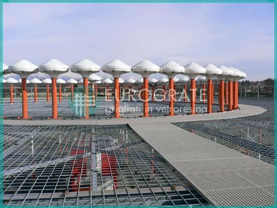 rejillas instaladas en un entorno aeroportuario con radares