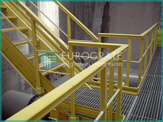 barandillas de seguridad y escalones para escaleras en el sector del tratamiento del agua