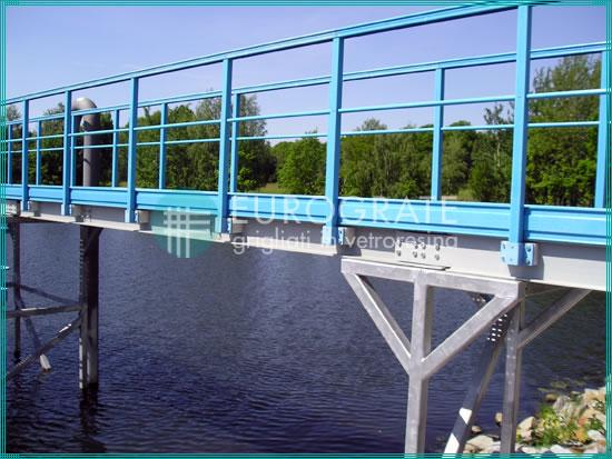 puente de barandillas de protección en el depósito de una depuradora de agua