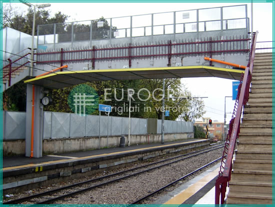 escalones y barandillas de seguridad instalados en una estación ferroviaria