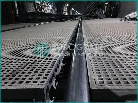 pasarelas de rejilla próximas a unos raíles ferroviarios
