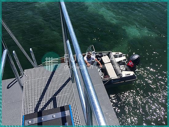 escaleras verticales y pasarelas de rejilla para facilitar la subida y bajada segura de un barco