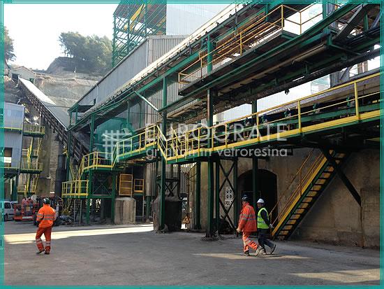 escalones de rejilla para escaleras verticales fijas en una planta de extracción