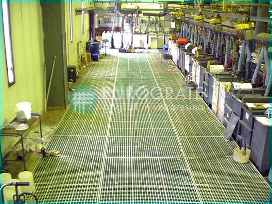suelo con rejillas de fibra de vidrio utilizado en instalaciones de galvanización