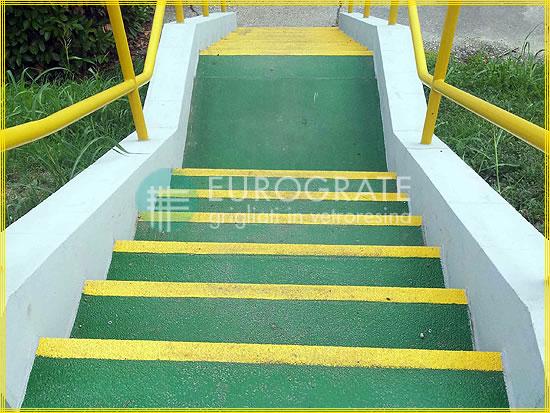 Las escaleras de cemento con cubre peldaños de fibra de vidrio evitan resbalones