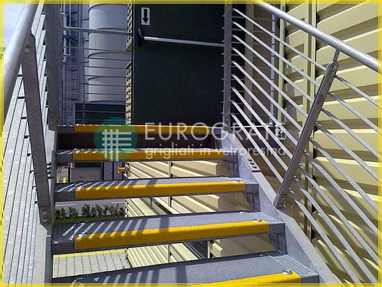 Cubre peldaños de PRFV aplicados a escaleras de metal