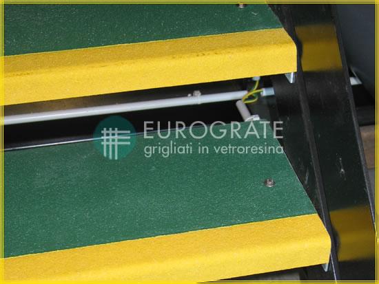 Cubre peldaños de color verde y amarillo para la seguridad del personal
