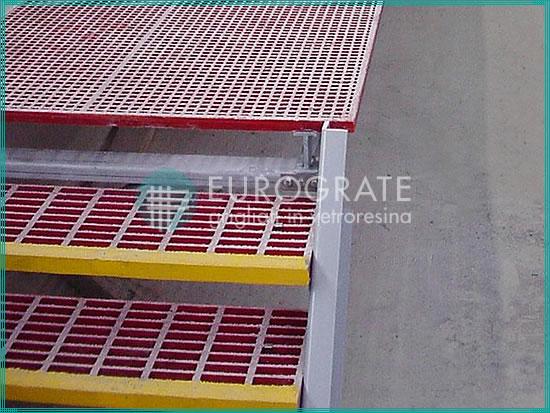 Escalones de rejilla de color rojo y amarillo para seguridad de los empleados