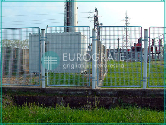 puerta de rejilla en un cercado industrial